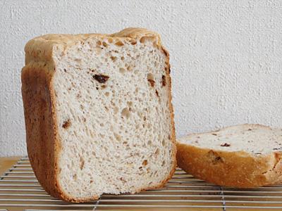 ピーナッツレーズンお米食パンの断面