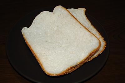 きぬむすめお米食パンをカット。きめが整っていてきれいです