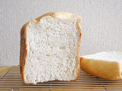 ヒノヒカリお米食パンの断面。比較的大きい気泡により膨らみが増しています