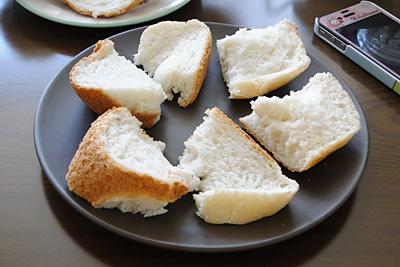 ヒノヒカリお米食パン。カットするというよりは、ナイフで引きちぎるという感じ