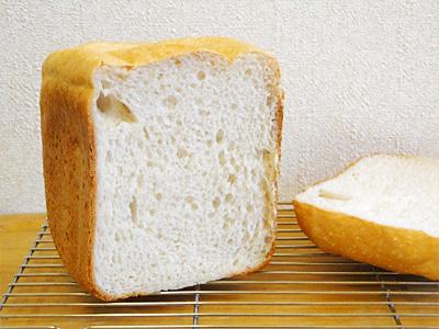 どまんなかお米食パンの断面。大きめの気泡が特徴