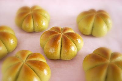抹茶のお花あんパン
