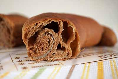 チョコバナナプロテインロールパンの断面。白い層がプロテインクリーム