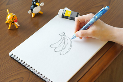 スケッチブックに鉛筆でラフなスケッチをします