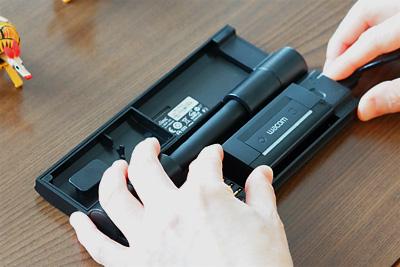 レシーバーを充電ケースに装着してUSBでパソコンに接続