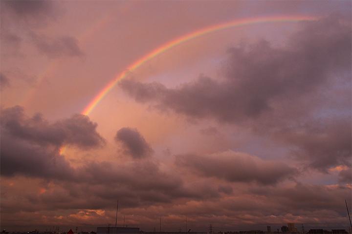 ピンクに染まる雲に架かる虹!