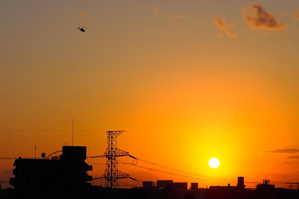 夕陽とヘリコプター。