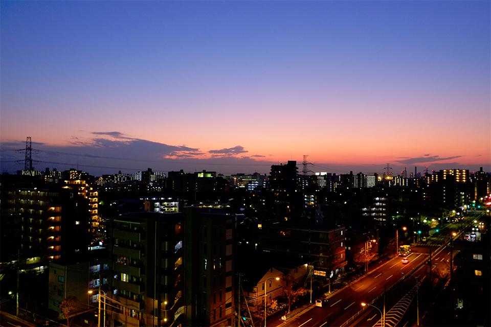 夕暮れ空の濃い青