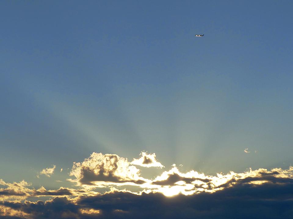 久しぶりの朝日と飛行機