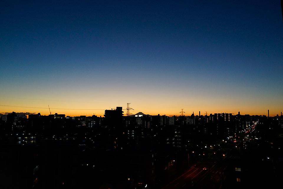 群青色とオレンジの夕暮れ