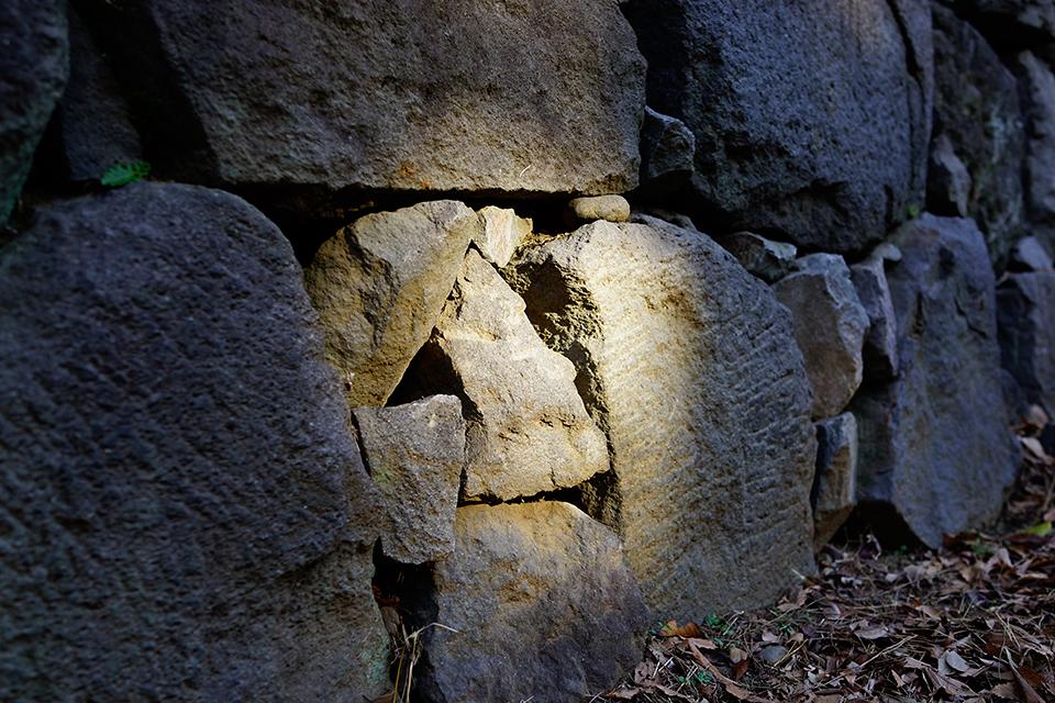 石垣にスポットライト