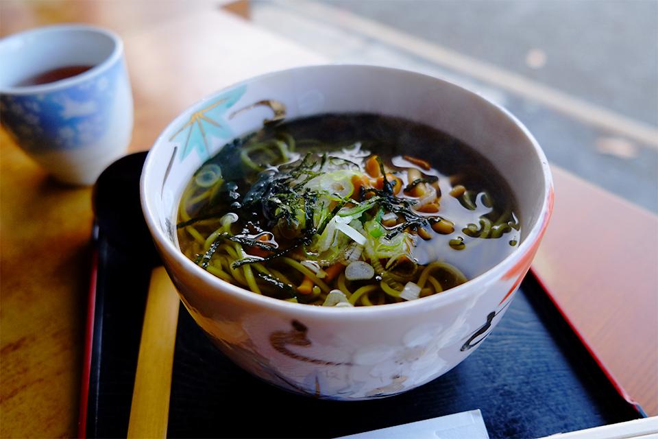 三渓園の茶屋の抹茶そば(温)