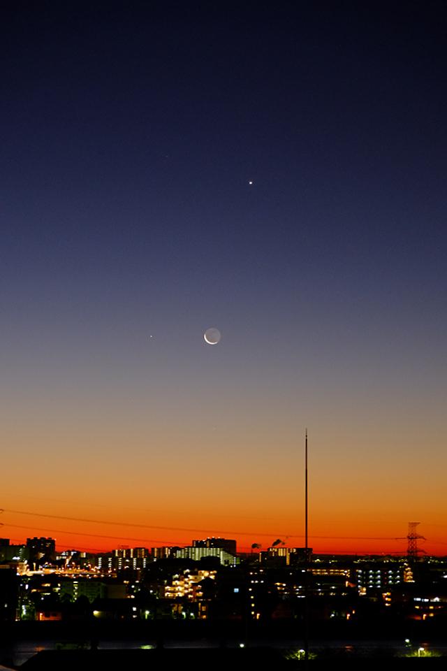 月と水星と金星が見える鮮やかな朝焼け