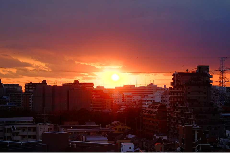 冬至前日の強烈な夕陽
