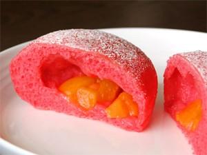 桃パンを割ると、中から黄桃が。