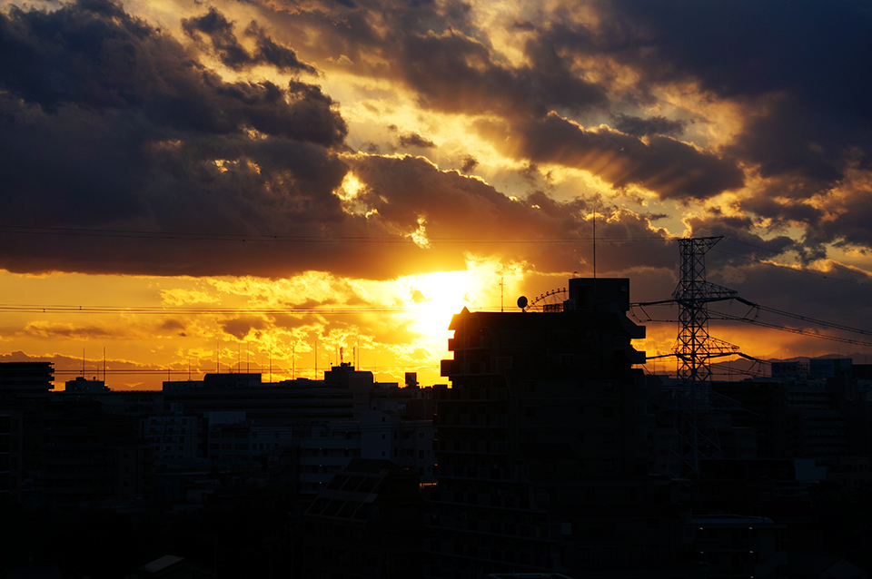 空の厚みを感じさせる日の入り