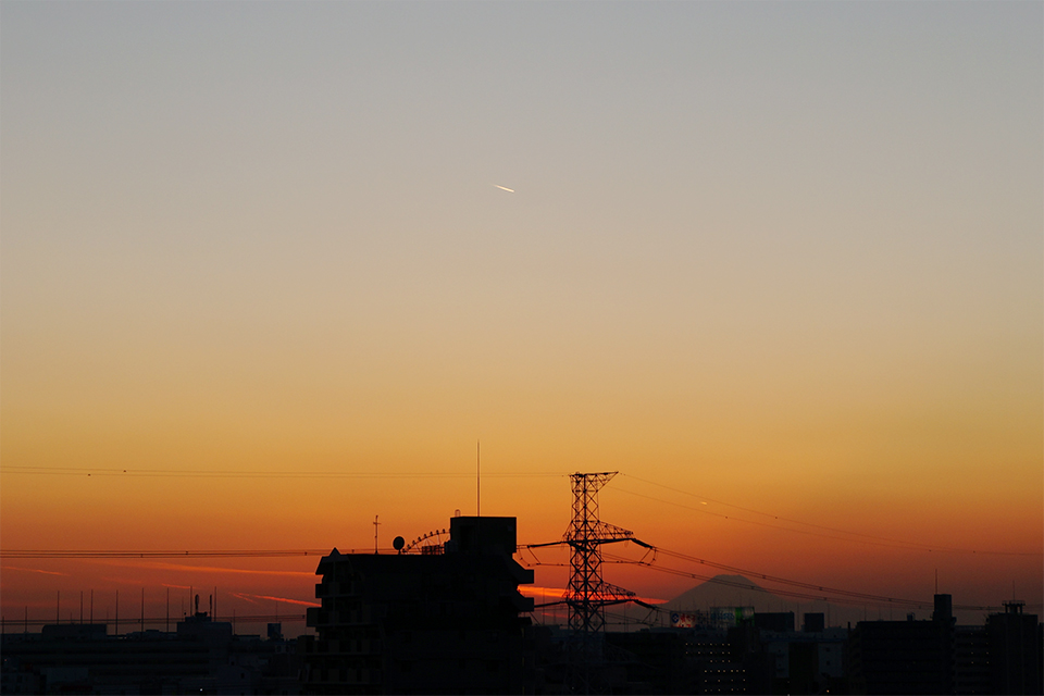 真っ赤な雲と富士山と飛行機
