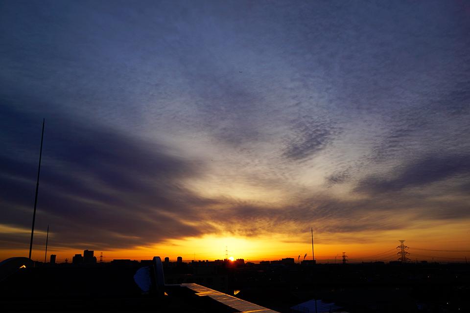 空の広がりを感じさせる日の出