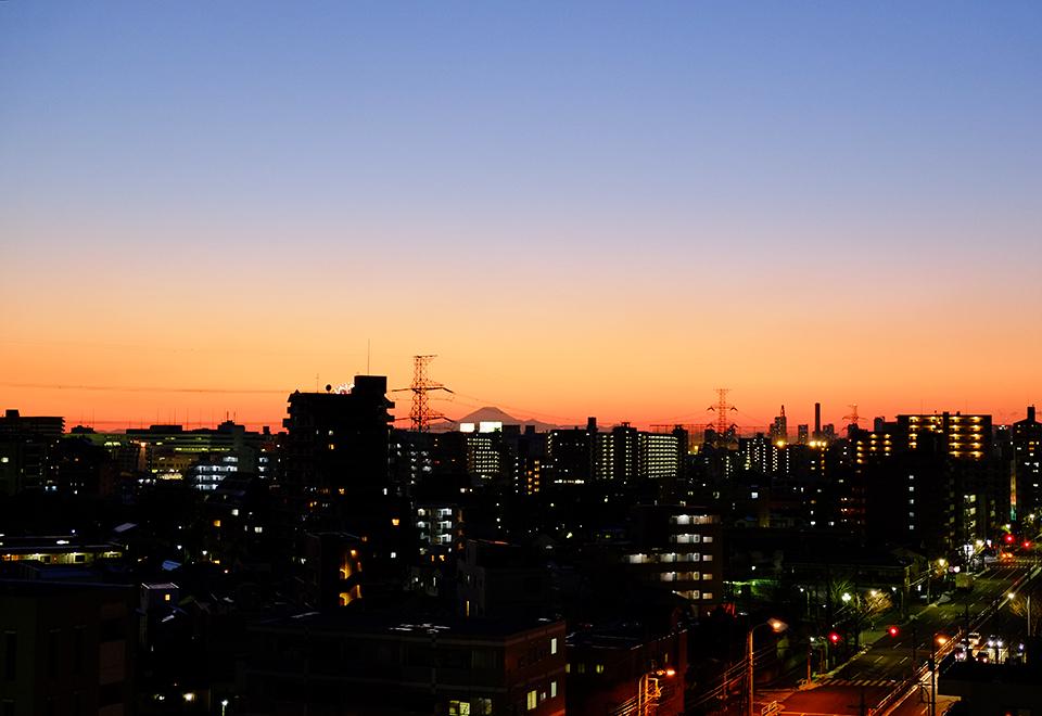 淡い配色の夕暮れ空と富士山のシルエット