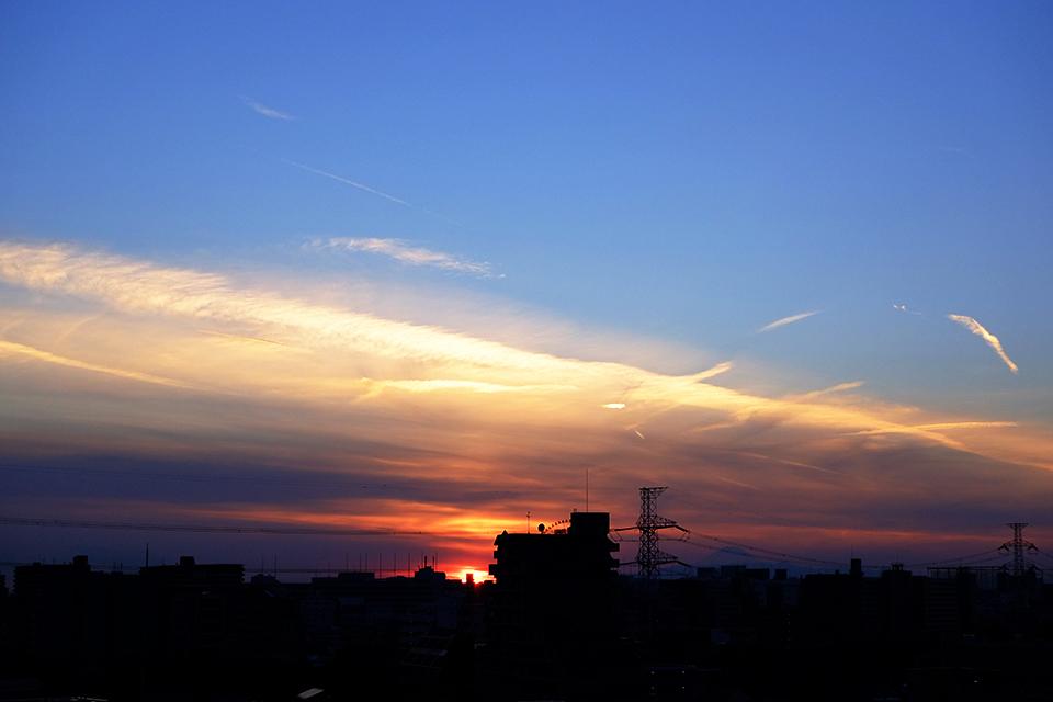 夕焼け雲から飛び出す細い雲のすじ