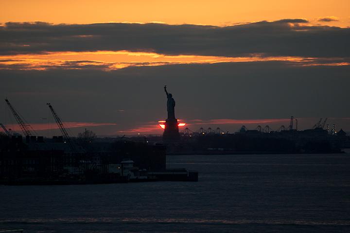 ダンボから見える自由の女神の足下に沈む夕日