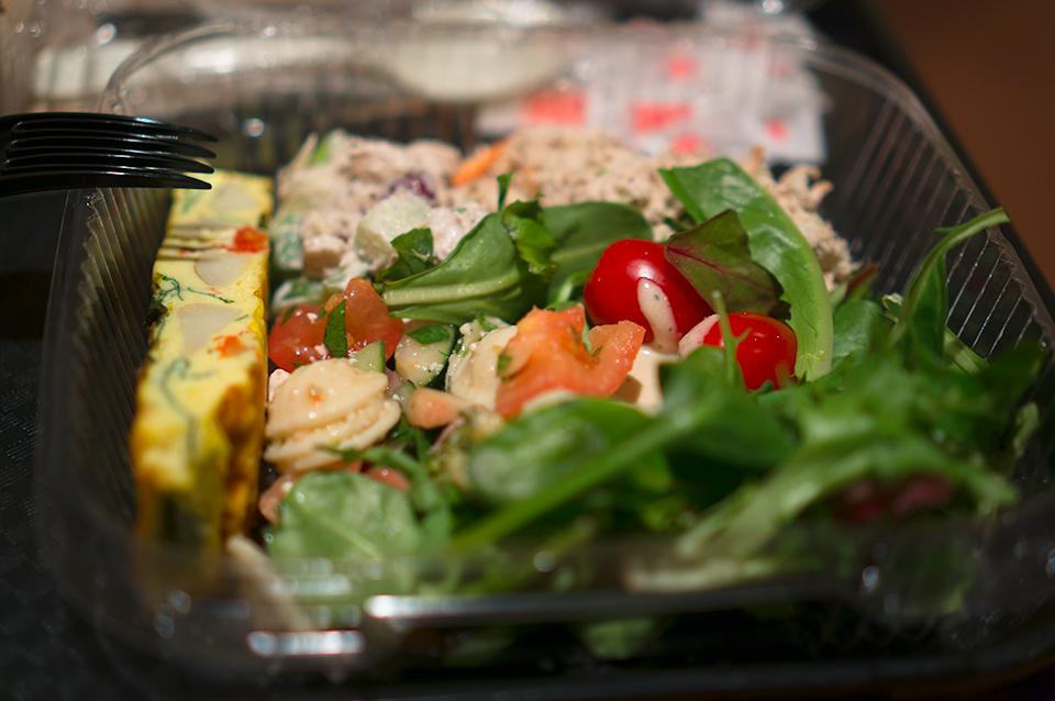 Cucina & Co.のサラダバーで久しぶりの生野菜。トマトがおいしかった