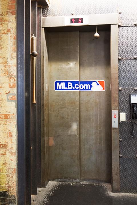 MLB.comのロゴの付いたエレベーター