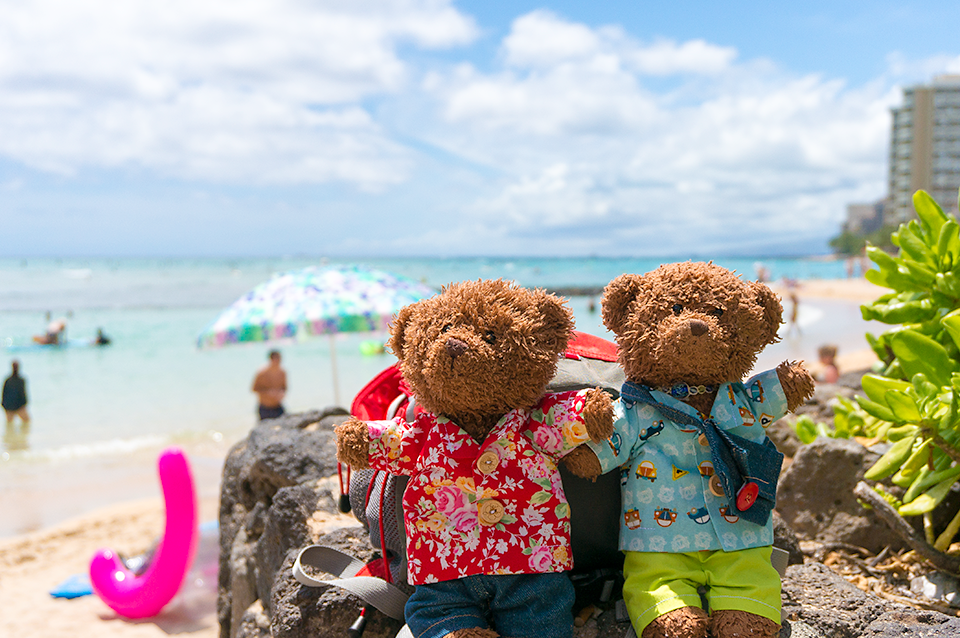ワイキキビーチでウキウキのビリーとジョニー