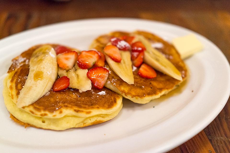 バビーズ サワークリーム パンケーキ、苺&バナナ添え