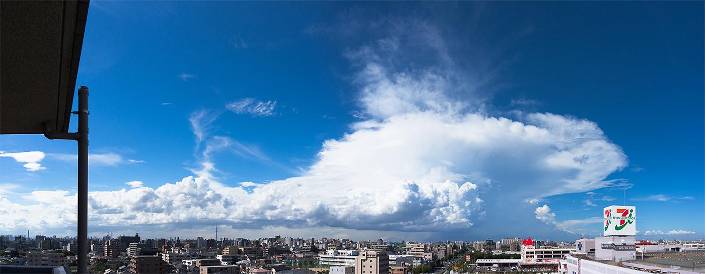 左側のスカイツリーを目安にすると、雲の規模(範囲と高さ)が巨大なのがわかります。