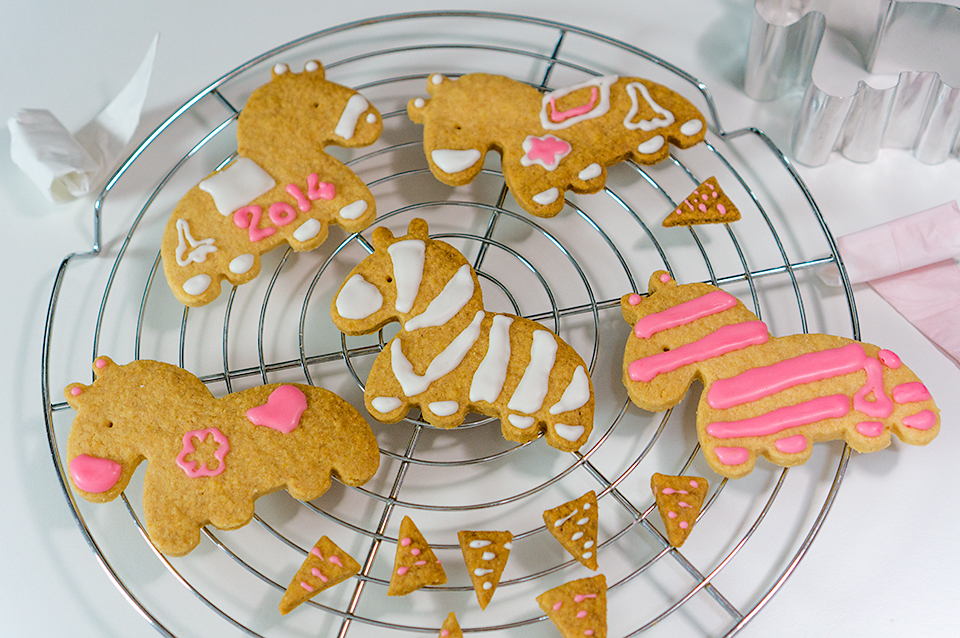 馬のオリジナルクッキーをデコ