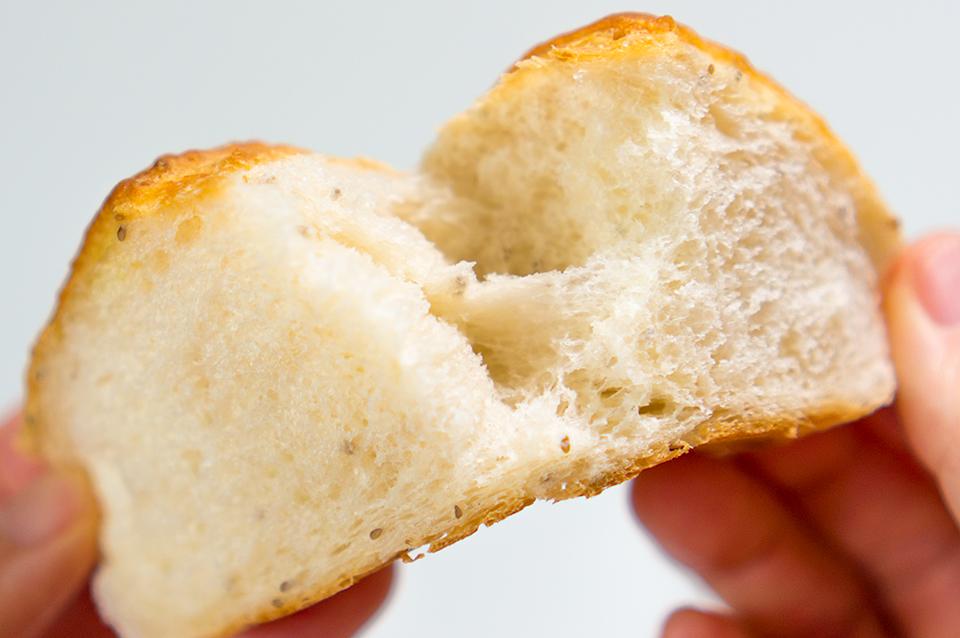小さいプチプチがサルバチア。ケシの実やバジルシードのような食感で、これ自体は味がしません。