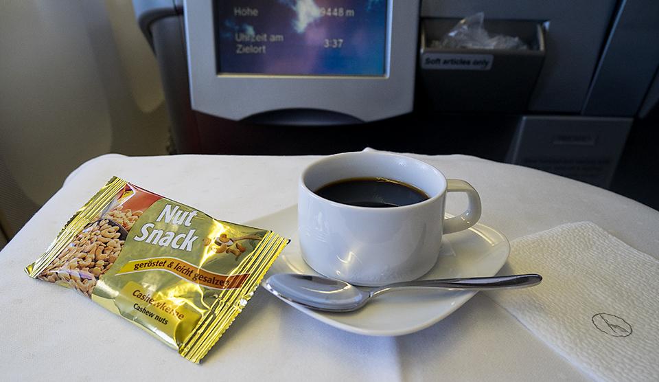 ウェルカムドリンクのコーヒー。ナッツは美味しいけど、後の食事を考えて半分残しました。