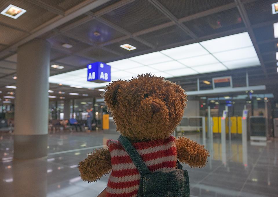 グラーツ行きの飛行機に乗るためのシャトルバスを待つ場所。初めてのドイツに緊張気味のジョニー。