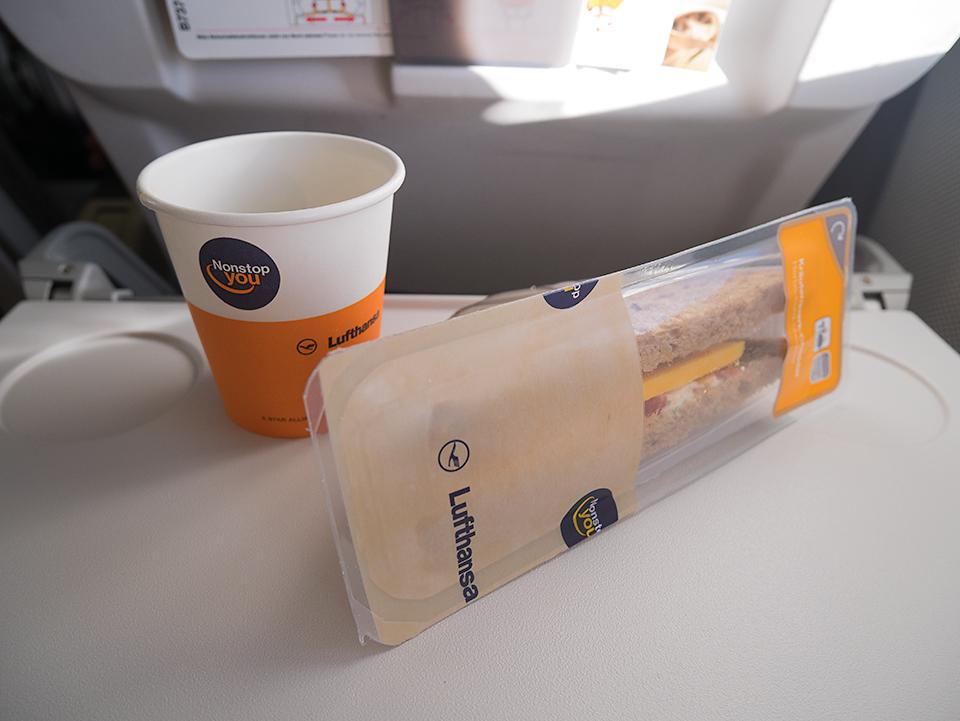 機内食のサンドイッチ。