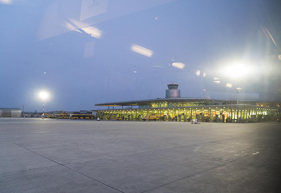 シャトルバスから見たグラーツの空港ターミナル。