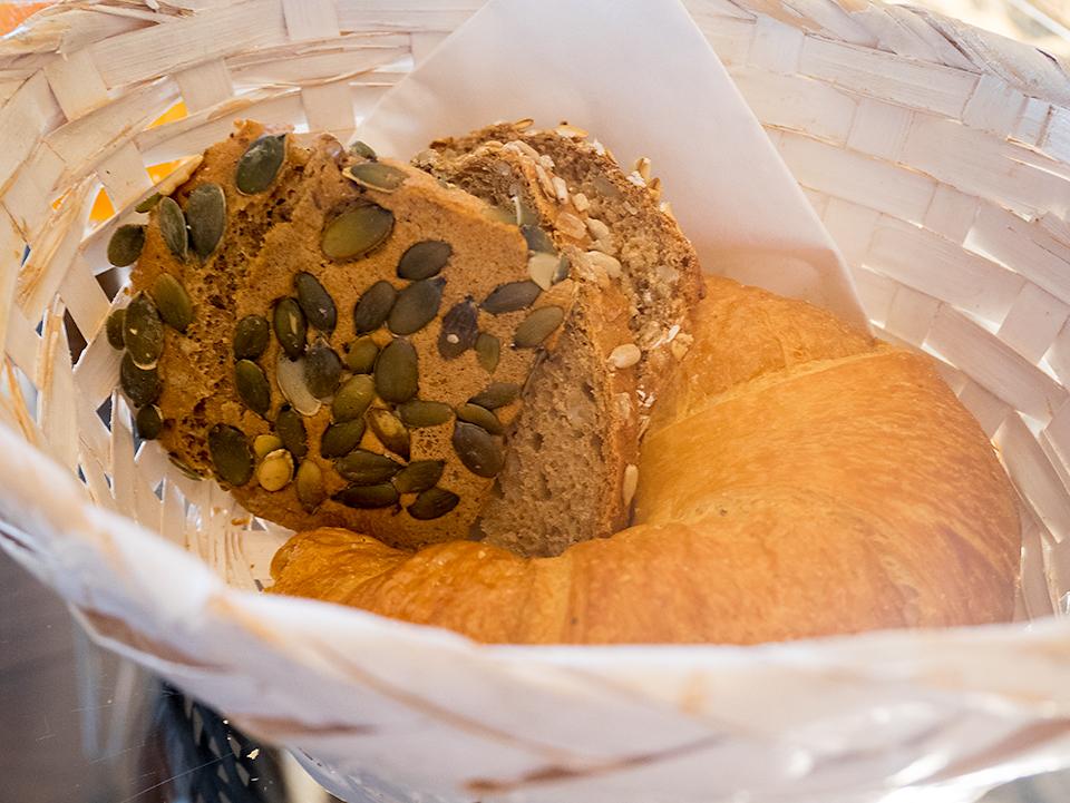 3種のハードなパンのスライスとクロワッサン。