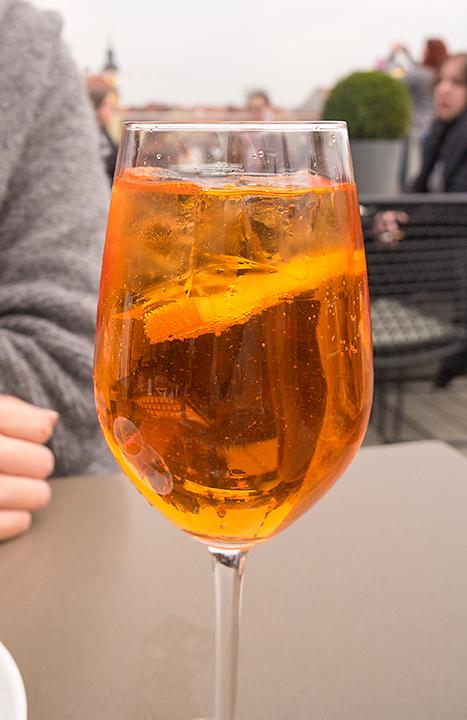オレンジのお酒。誰かが飲んでいるのを見ると、「あれと同じのを」という感じで、テーブルを越えてオーダーが伝染していました(笑)