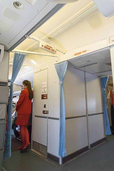 オーストリア航空。制服が上から下まで真っ赤!  オーストリアの国旗の色だよね。かっこいい!