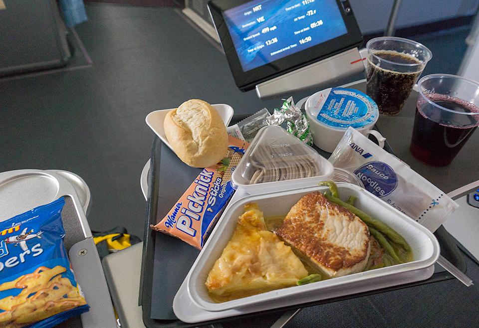 最初の機内食。日本そばと肉とパスタらしいです。ANAと共同便だから日本そばなのでしょうか。スゴイ組み合わせだ...。