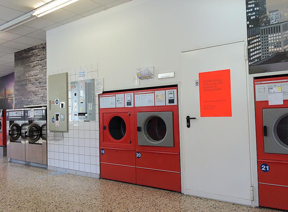 コインランドリーの洗濯機。赤いの小、シルバーが大。