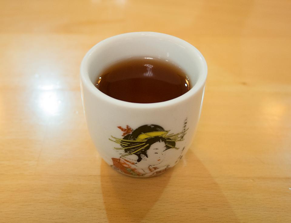 食後酒の甘い紹興酒。おちょこが日本でも探そうったってなかなか探せないくらいベタ(笑)。