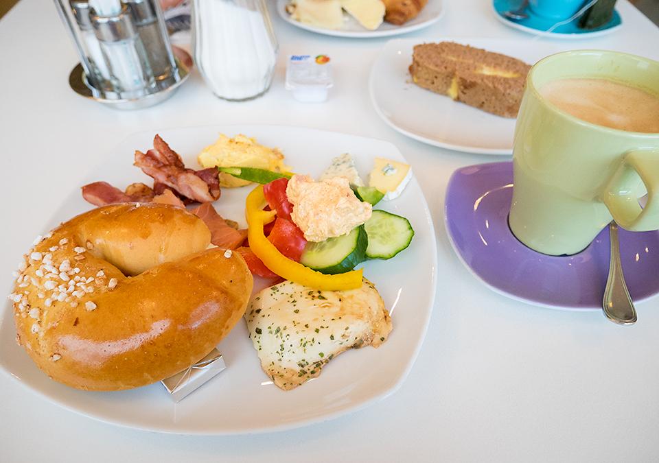 いつもの朝食。今日もロールパン。