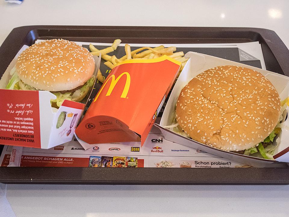 左がビッグマックで右がBig Tasty。ビッグマックの1.5倍はある。