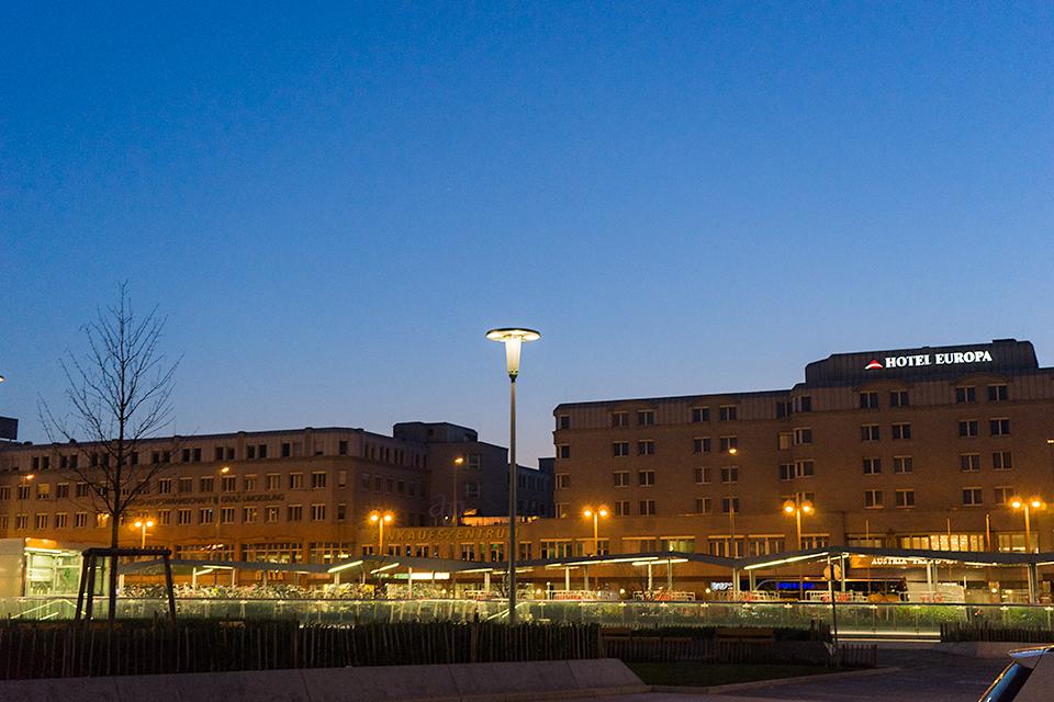 夜明け前のグラーツ中央駅前。いい天気です。