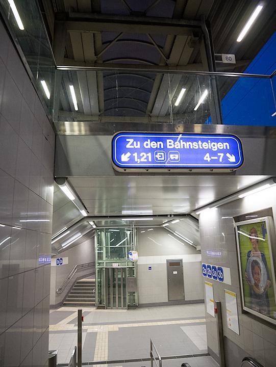 駅の構内。地上から直接と地下からホームに続いています。