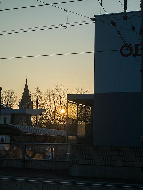 車窓からの日の出。