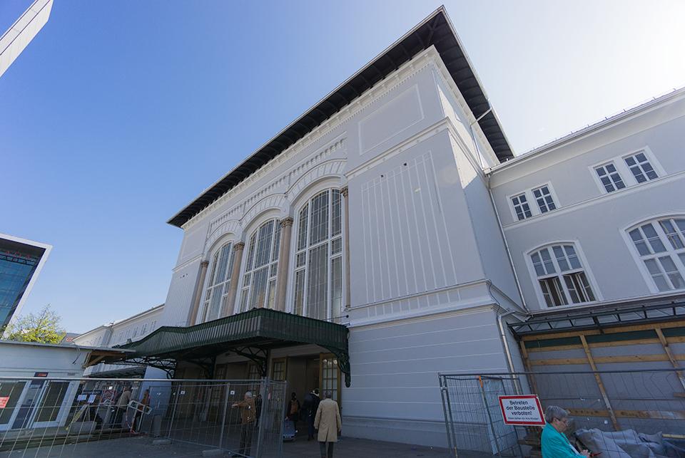 駅舎。最近で来たばかりなんでしょうね。歴史ある街なのに新しくて不思議な感じ。