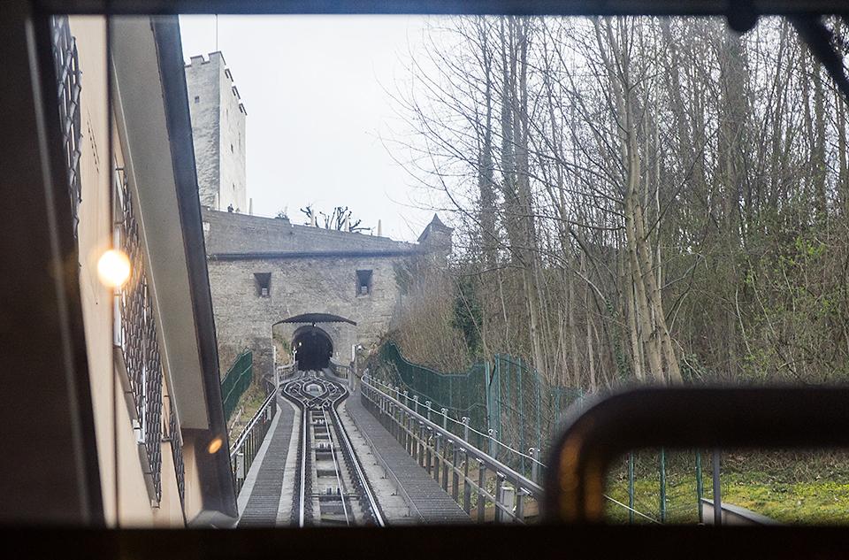 向こう側のお城に向かって登っていきます。