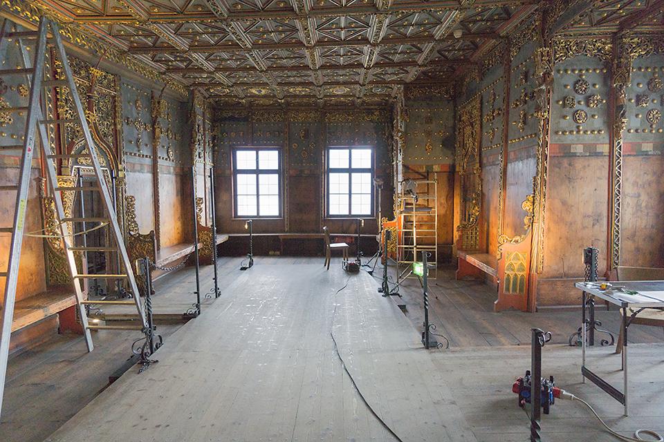 黄金の部屋の煌びやかな壁。補修中。